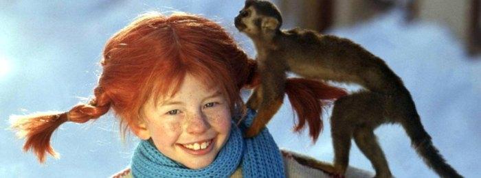 """ARCHIV - Lächelnd trägt die Schauspielerin Inger Nilsson in einem Film von 1968 als """"Pippi Langstrumpf"""" an einem kalten Wintertag ihr Äffchen """"Herr Nilsson"""" auf der Schulter spazieren (Szenenfoto von 1968). «Ich bin nicht Pippi Langstrumpf!» sagt Inger Nilsson immer und immer wieder, aber es hat wenig geholfen. Auch zum 50. Geburtstag der Schwedin am kommenden Montag (04.05.2009) wird sich alle Welt wieder einmal daran erinnern, wie unwiderstehlich sie zwischen 1968 und 1970 die freche, selbstbewusste, lustige und wahnsinnig starke Kinderbuch- Figur im Fernsehen und auf der Kinoleinwand verkörpert hat. Foto: epa (zu dpa-Korr. """"Inger Nilsson wird 50: «Ich bin nicht Pippi!"""" vom 28.04.2009) +++(c) dpa - Bildfunk+++ Jedes Kind konnte den sperrigen Namen im Schlaf aufsagen - Pippilotta Viktualia Rollgardina Pfefferminza Efraimstochter Langstrumpf, kurz Pipi Langstrumpf. Und die Schwedin Inger Nilsson durfte sich den Traum von Millionen Kinder erfüllen, als sie zwischen 1968 und 1973 für die Verfilmung von Astrid Lindgrens Kinderromane die Rolle der rothaarigen Göre spielte."""